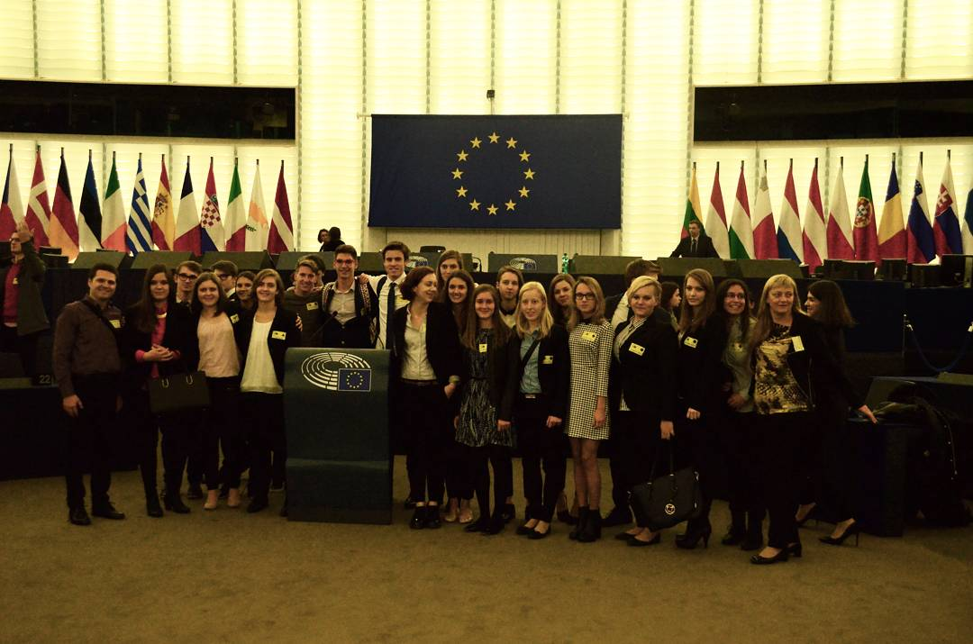 Evrošola: evropska razvojna politika, prihodnost Evrope, evropska okoljska politika, migrantska problematika, prihodnost mladih v EU ter človekove pravice