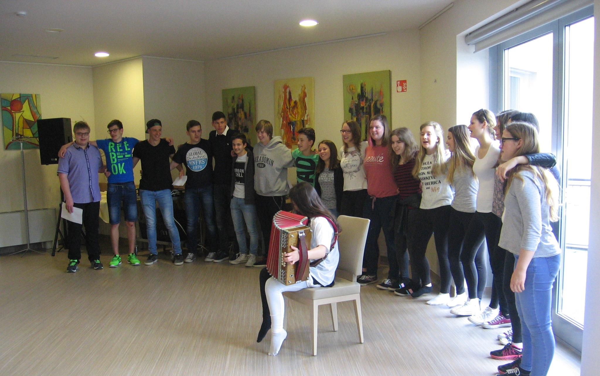 1. d-oddelek razveselil stanovalce Doma upokojencev v Brežicah